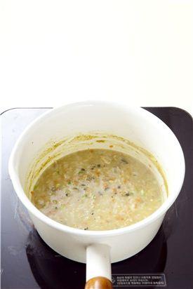 6. 쌀알이 거의 퍼지면 다진 당근과 실파를 넣고 살짝 끓여 소금으로 간한다.