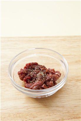 1. 쇠고기는 채 썰어 소금과 후춧가루로 밑간한다.