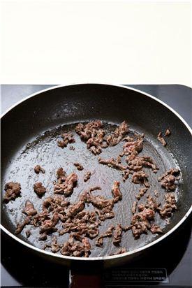 3. 팬에 고추기름을 두르고 뜨겁게 달궈 쇠고기를 넣어 볶는다.