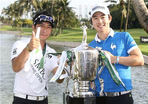 송영한(오른쪽)이 SMBC싱가포르오픈 우승 직후 캐디와 함께 기념촬영을 하고 있다. 사진=신한금융그룹