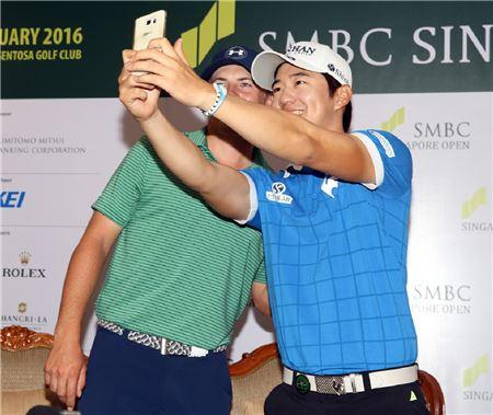 송영한(오른쪽)이 SMBC싱가포르오픈 우승 직후 세계랭킹 1위 조던 스피스와 함께 셀카를 찍고 있다. 사진=신한금융그룹