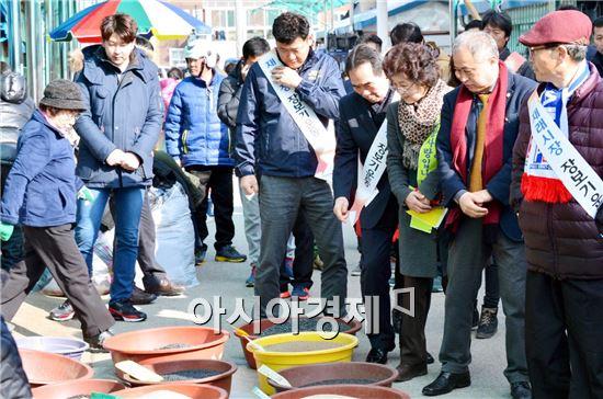 순창군이 설 명절을 앞두고 전통시장 활성화를 위한 대대적 장보기 행사를 펼쳐 전통시장에 모처럼 활기가 돌았다.