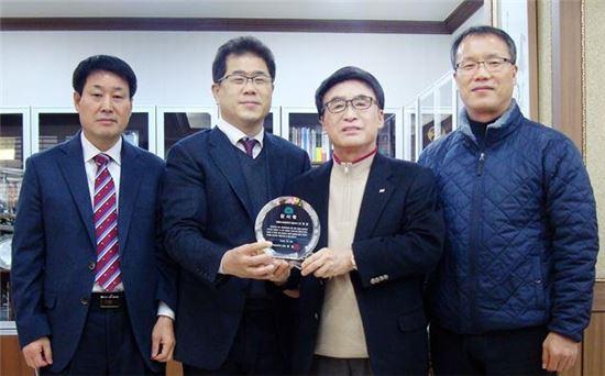 <목포대학교는 졸업생들을 적극 채용해준 공로로 이혁영 씨월드고속훼리 대표이사(왼쪽에서 세번째)에게 감사패를 전달했다.>