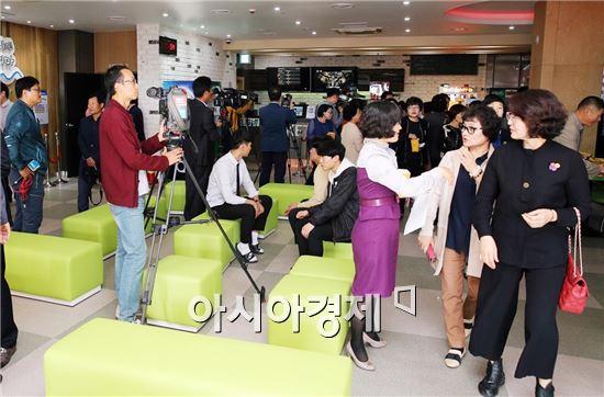 지난해 10월 문을 연 전남 1호 작은 영화관 '정남진시네마'가 이용객들의 좋은 반응을 얻으며 누적 관람객을 꾸준히 늘려가고 있다.