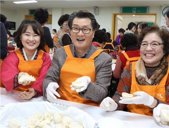 유종필 관악구청장이 자원봉사자들과 만두를 빚고 있다.