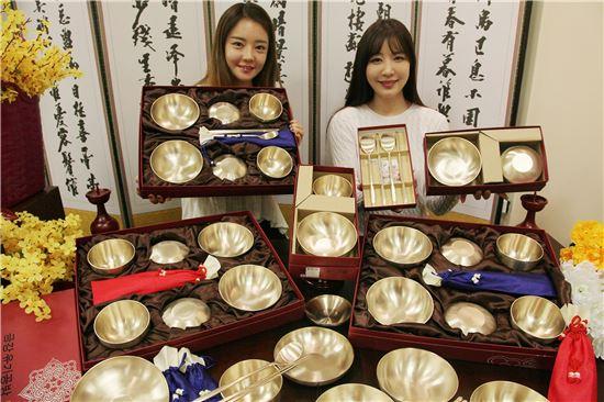 1일 서울 한강로 이마트 용산점에서 모델들이 선조들의 지혜가 담긴 방짜유기를 선보이고 있다.