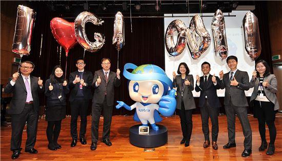 KOTRA 직원들이 1일 서초구 KOTRA 본사 국제회의장에서 열린 캐릭터 출범식에서 KOTRA의 새로운 캐릭터 '글로비'와 기념촬영을 하고 있다.