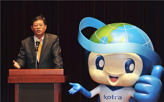 김재홍 KOTRA 사장이 1일 서초구 KOTRA 본사 국제회의장에서 열린 캐릭터 출범식에서 KOTRA의 새로운 캐릭터인 '글로비'를 소개하고 있다.
