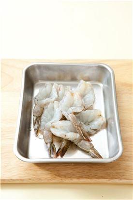 1. 새우는 꼬치로 등쪽의 내장을 빼고 꼬리를 남긴후 껍질을 벗긴 다음 등쪽에 칼집을 넣는다.