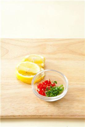 2. 레몬은 슬라이스하고 홍고추와 실파는 다진다.