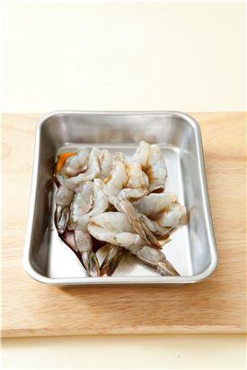3. 새우는 분량의 양념 재료에 양념한다.