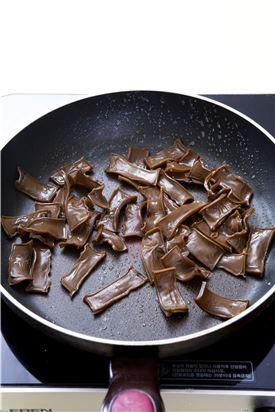3. 팬에 들기름을 두르고 물에 불린 묵을 넣어 볶다가 조림장 재료를 넣어 조린다.