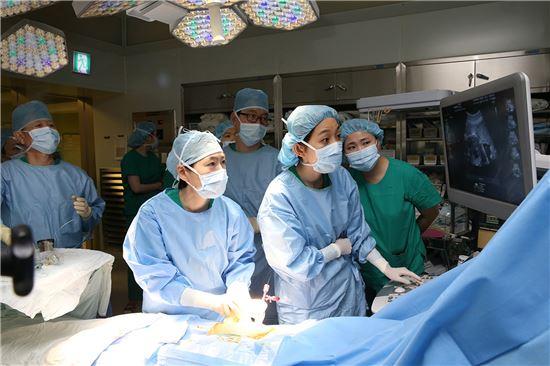 ▲서울아산병원 태아치료센터 원혜성 교수(왼쪽 두번째)팀이 태아에게 풍선확장술을 시행하고 있다.
