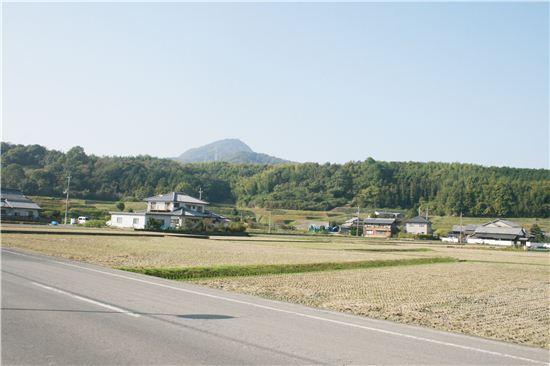 일본에서 가장 작은 현에 1인당 우동 소비량은 일본에서 가장 많은 가가와 현. 촌동네에 들어선 우동왕국은 일본 각지의 우동 마니아들을 불러 모은다. 사누키는 옛지명이다.