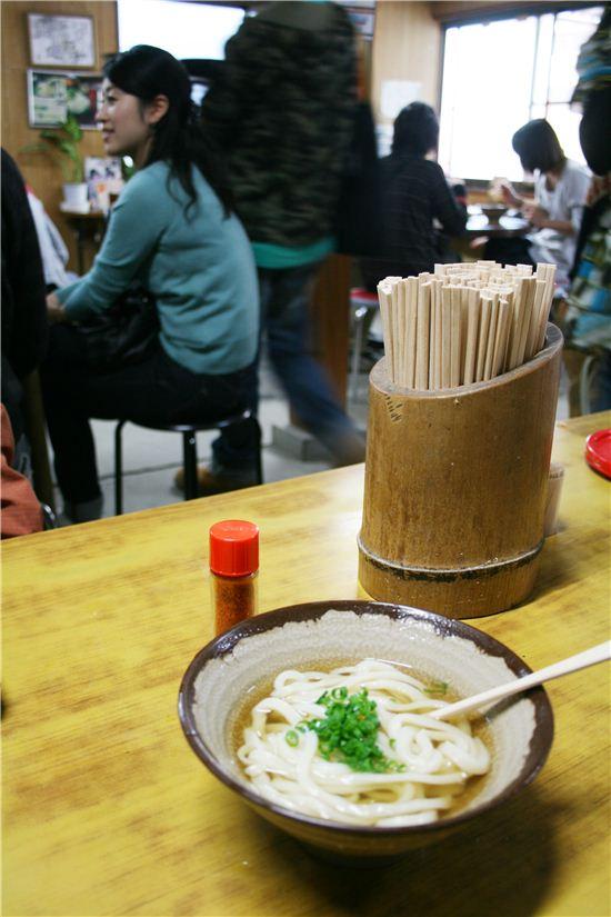 사누키우동의 생명은 쫄깃한 면발에 있다. 우리 돈 2~3천원이면 우동 한 그릇을 먹을 수 있다.
