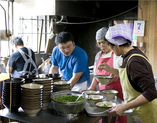 인구 100만 명의 고장에 우동 가게 수는 800여 개. 참고로 인구 1000만 명의 도쿄의 맥도날드 매장은 500여 개라 한다.