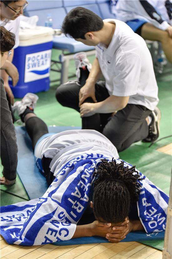 엠버 해리스가 3쿼터 부상 후 치료를 받고 있다 [사진=WKBL 제공]