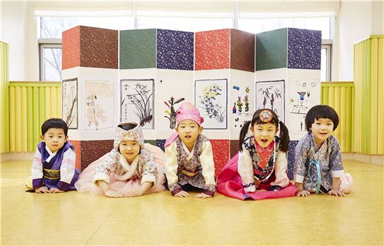 삼성화재 어린이집 원아들이 민족 대명절 설을 앞두고 세배하는 법을 배우고 있다.