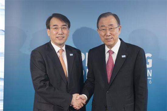 이석준 국무조정실장(왼쪽)은 지난 2월4일(현지 시각) 영국 런던에서 반기문 유엔 사무총장과의 면담에 앞서 악수를 하고 있다.