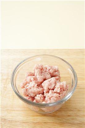 2. 다진 돼지고기는 분량의 양념 재료로 양념한다.