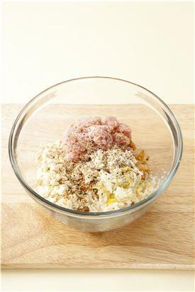 4. 볼에 준비된 재료를 넣고 참기름, 깨소금을 넣어 잘 섞은 다음 소금과 후춧가루로 간한다.