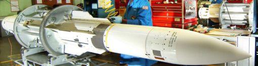 미해군 정비병이 함대공 방공미사일 SM-2 미사일을 정비하고 있다.