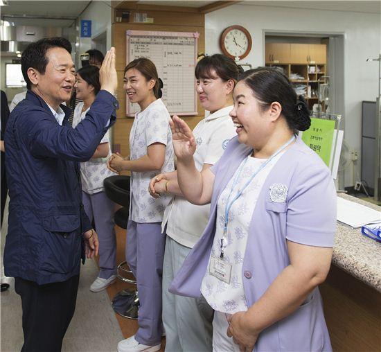 지난해 메르스 중점치료병원으로 지정된 뒤 재단장, 개장한 수원병원을 찾은 남경필 경기지사가 간호사들과 하이파이브를 하고 있다.