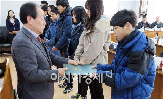 장흥군산림조합(조합장 이장수)은 지난 3일 제54기 정기총회를 열고 장학금을  전달식했다.