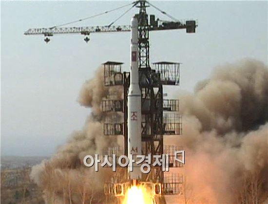 북한이 6일 장거리 로켓(미사일) 발사 예고기간을 7~14일로 앞당겼다.