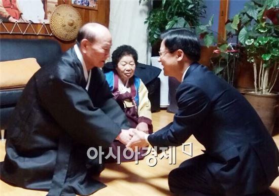 천정배 국민의 당 대표가 김준호 광주 서구노인회장댁에 가서 김 회장 내외분께 세배를 드리고 가족들과 함께 떡국을 먹으며 명절 훈훈한 이야기꽃을 피웠다.