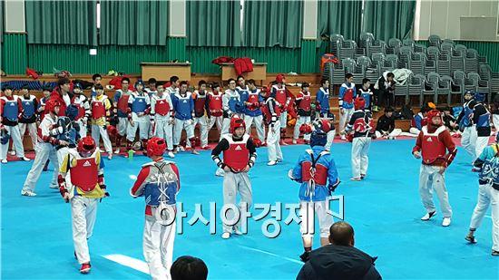 태권도 선수들이 광양에서 훈련을 하고있다.