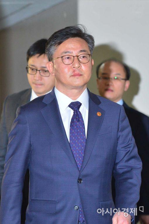 [포토]굳은 표정의 홍용표 통일부 장관