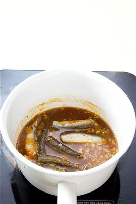 4. 중간 중간 양념장을 골고루 끼얹어 가면서 조리다가 풋고추, 대파를 넣어 살짝 더 끓인다.