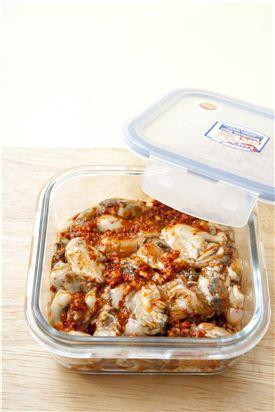 4. 밀폐용기에 담아 실온에서 하루나 이틀 정도 두고 익힌 후 냉장고에 넣어 보관한다.  (Tip 통깨를 올리거나 기호에 따라 배채나 무채를 썰어 넣고 버무려 상에 낸다.)