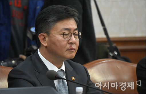[포토]눈 감은 홍용표 통일부 장관