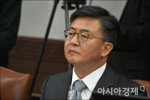 [포토]홍용표 통일부 장관, 국무회의 참석