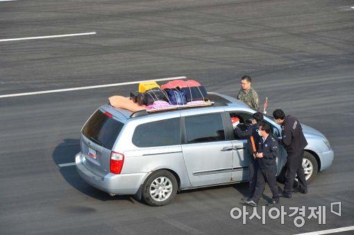 [포토]한가득 짐 싣고 나오는 개성공단 차량