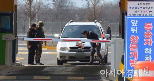 북한이 11일 오후 갑작스럽게 개성공단 폐쇄를 알렸다. 정부는 우리 측 인원의 안전 귀환에 최선을 다하겠다고 밝혔다.