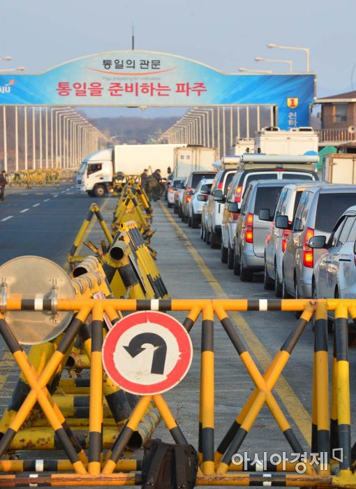 정부가 개성공단 가동 전면 중단을 발표한 가운데 경기도 파주시 통일대교가 11일 오전 개성공단으로 향하는 차량으로 북적이고 있다.