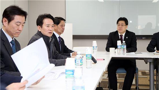 남경필 경기지사가 11일 서울 군인공제회관에서 열린 긴급 대책회의에서 개성공단 중단에 따른 피해기업 지원책 등을 논의하고 있다.