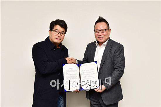 문화예술 상생을 위한 업무협약을 맺은 권희석 SM면세점 대표이사(우측)와 송형종 서울연극협회 회장(좌측)이 기념촬영을 하고있다.