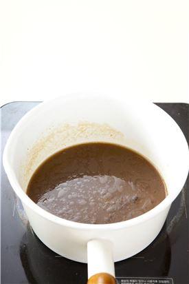 3. 냄비에 약식물 재료를 넣고 흑설탕이 녹을 만큼만 살짝 끓인다.