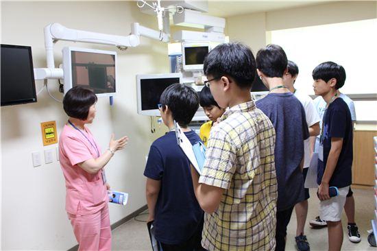 가천대 과학영재교육원생들이 길병원에서 현장학습을 하고 있다.