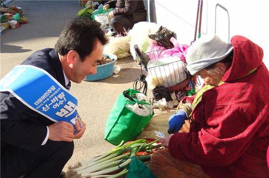 <백무현 예비후보가 여수 재래시장을 찾아 상인들과 대화를 나누고 있다.>
