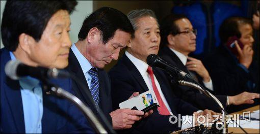 [포토]휴대폰 확인하는 정기섭 개성공단 기업협의회장