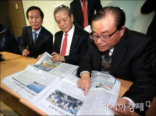[포토]개성공단 소식 확인하는 기업인들