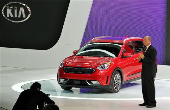 오스 헤드릭 기아차 미국 판매법인 상품전략 담당 부사장(오른쪽)은 현지시간 11일 '2016 시카고 오토쇼' 미디어 행사에서 친환경 소형 SUV '니로(Niro)'를 직접 소개했다.