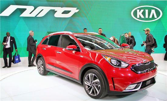 기아자동차가 현지시간 11일 미국에 공개한 국산 최초 하이브리드 SUV 니로.