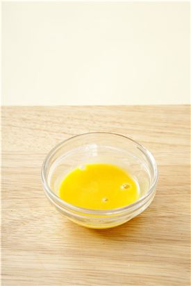 5. 겨자가루에 물을 넣어 골고루 섞은 다음 랩을 씌워 5분 정도 두어 매운맛이 살아나면 나머지 양념을 넣어 잘 푼다.