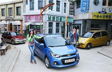 한국GM의 쉐보레 2016년형 더 넥스트 스파크(가운데)와 티코(왼쪽), 모닝(오른쪽)이 홍보모델들과 기념촬영을 하고 있다.
